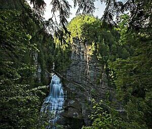 Small waterfall and mountains v.1.5: Бесплатный хранитель экрана ( Небольшой водопад и горы ) - Free screensaver